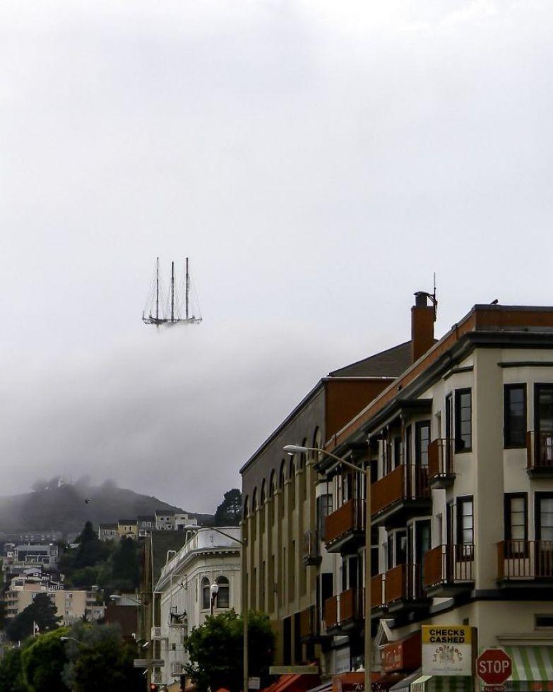Летучий голландец в облаках? На самом деле, это - вершина башни Сатро Тауэр в Сан-Франциско, скрытой туманом искусство, мастерство, фото