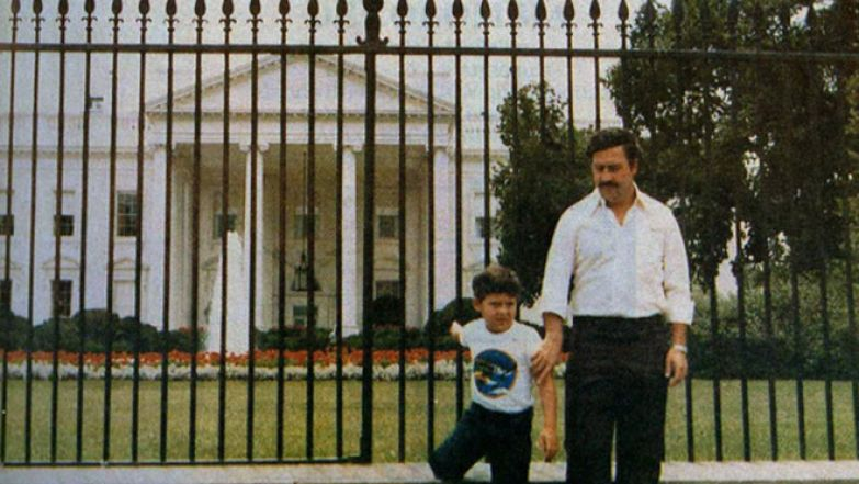 Наркобарон Пабло Эскобар и его сын Хуан позируют перед Белым домом в 1980-х история, события, фото