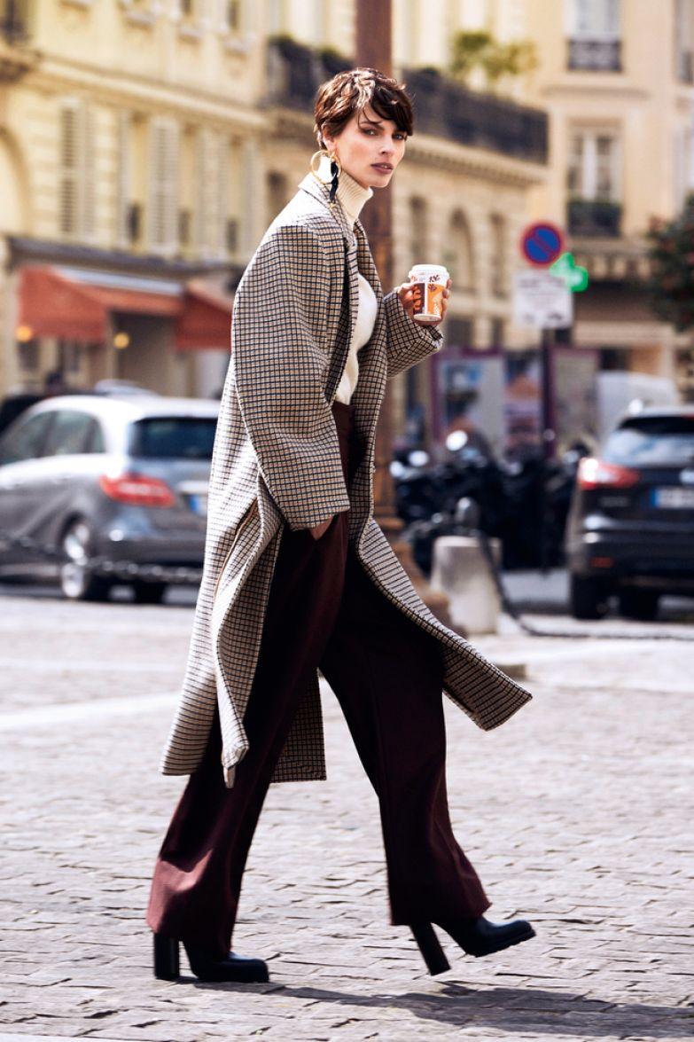 Шерстяные пальто, свитер и брюки, все Stella McCartney; кожаные ботильоны, Jil Sander; моносерьга из металла и кожи, Versace.