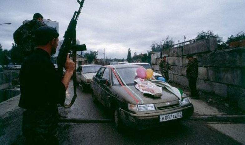 Свадебный кортеж пересекает блокпосты, Грозный, 2000 год. история, события, фото