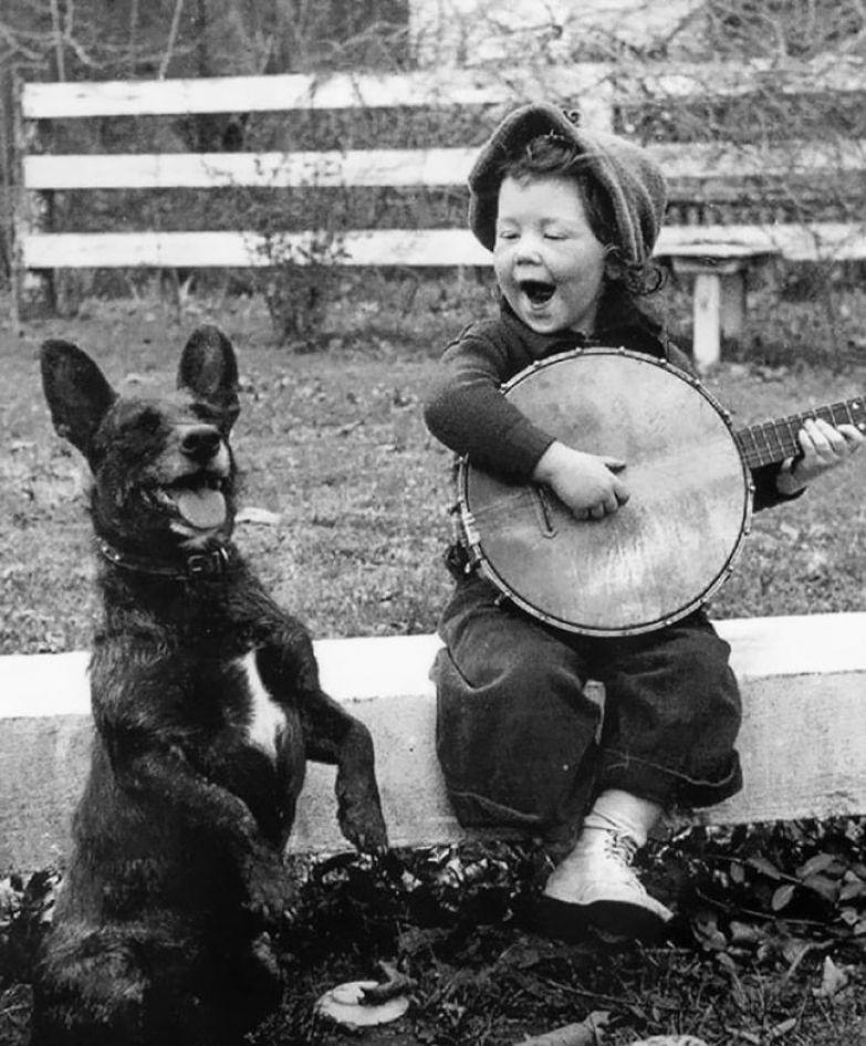 6. Девочка играет и поет для своей собаки архивные фотографии, лучшие фото, ретрофото, черно-белые снимки