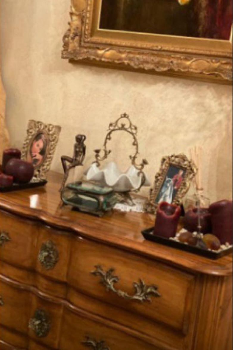 Жанна любила разнообразные фигурки и декоративные шкатулки