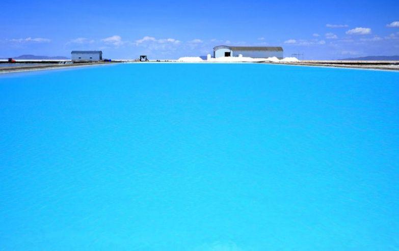 Бассейн с солью в пустыне Солар де Юни, Боливия