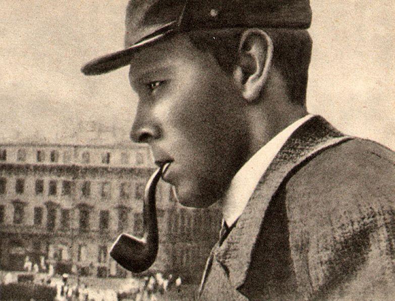Даниил Хармс на балконе Дома книги. Фото Г. Левина. Середина 1930-х.