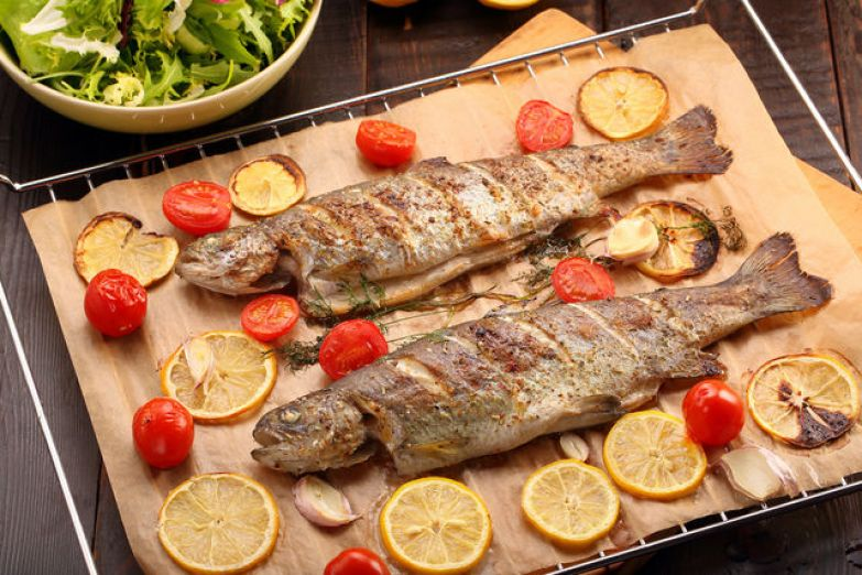 Для запекания стейков достаточно 5–10 минут, и 20–40 минут хватит для целой рыбы в зависимости от ее веса и размеров