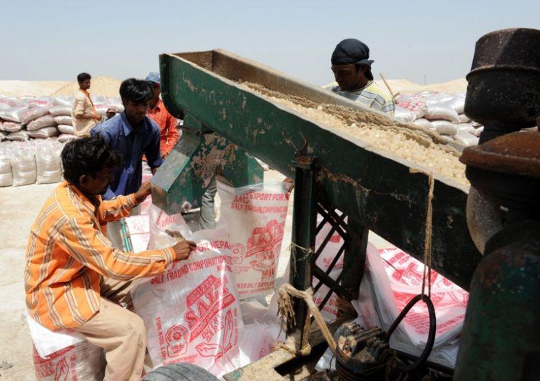 Добыча соли в Индонезии. офис, профессии, работа, юмор