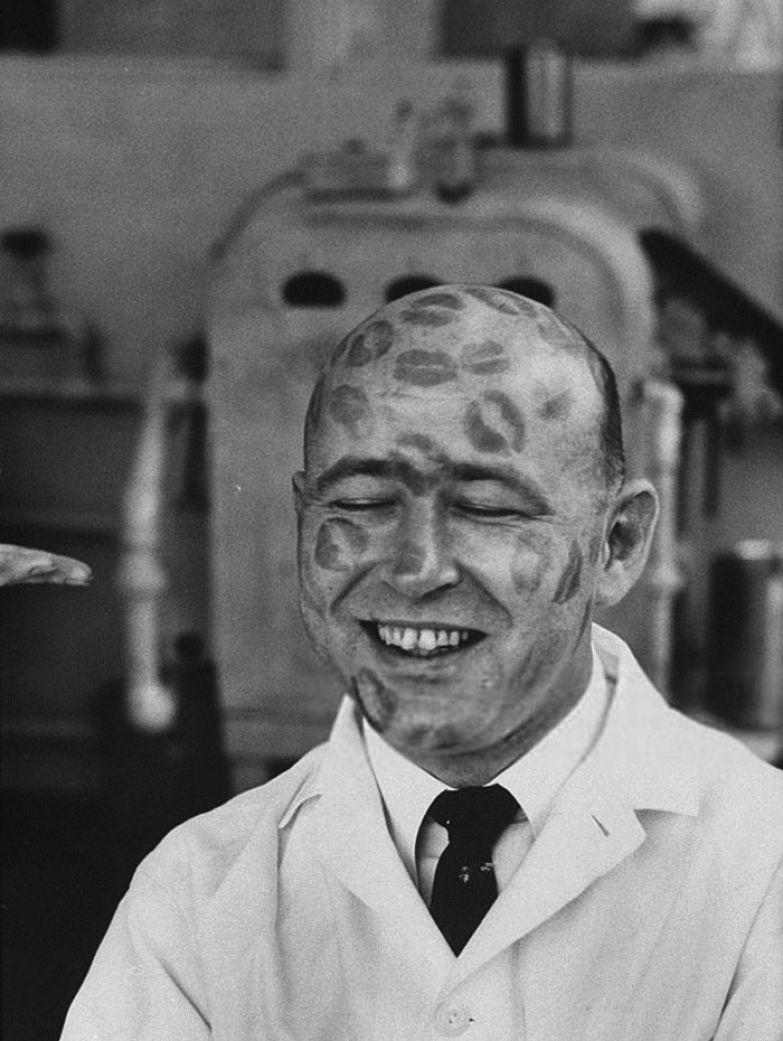 34. Рабочий косметической компании, покрытый отпечатками поцелуев - как доказательство того, что губная помада безопасна для здоровья, 1960 г. архивные фотографии, лучшие фото, ретрофото, черно-белые снимки