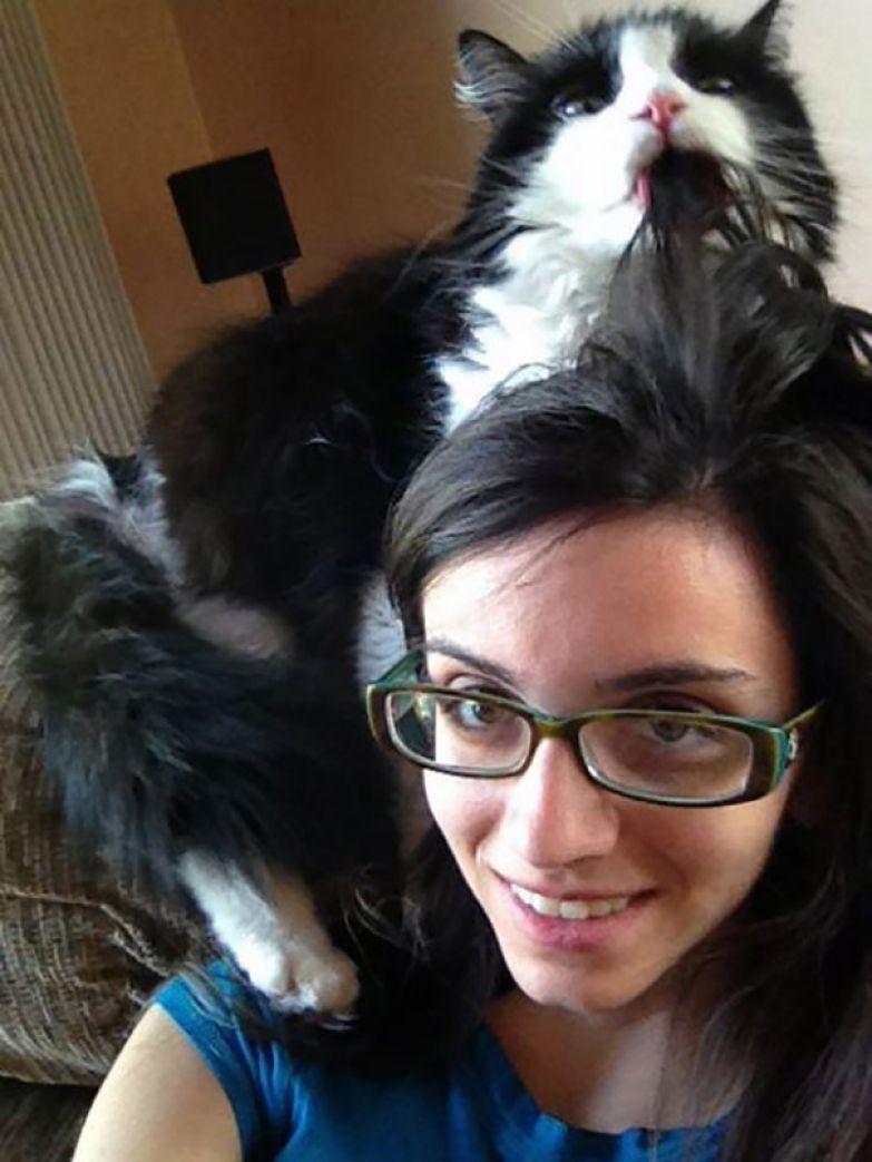 22. Пыталась сделать фото, как кот прильнул к моей голове, а получила это.