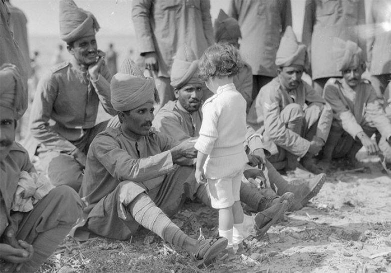 29. Французский мальчик знакомится с индийскими солдатами, прибывшими во Францию, чтобы сражаться на стороне французов и англичан. Марсель, 30 сентября 1914 г. архивные фотографии, лучшие фото, ретрофото, черно-белые снимки