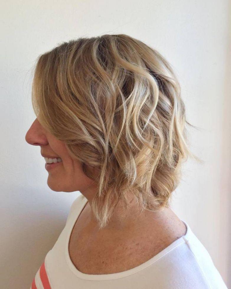 Перед тем как приступать к прическе, вам нужно подготовить все необходимое: познакомьтесь с вариантами модных стрижек на тонкие волосы для объема.