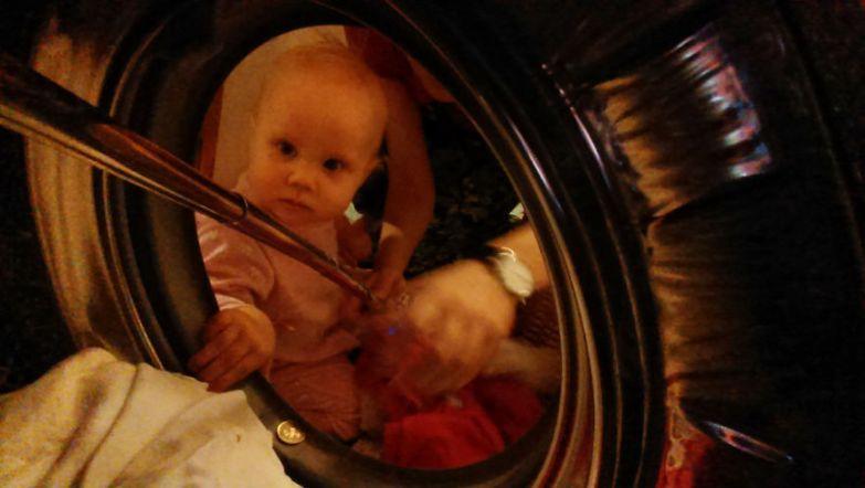 Младшая дочка всегда помогает Юле с домашними обязанностями будни, мама, проект