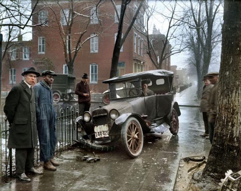 Автомобильная авария. США. 1921 год. Ч\б фото раскрашено Санной Даллавей.