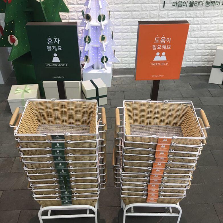 В этом магазине покупатель сам решает, нужна ли ему помощь прлодавца или нет. Чтобы показать это, достаточно взять корзинку с наклейкой соответствующего цвета нестандартно, оригинально, проблемы, решения