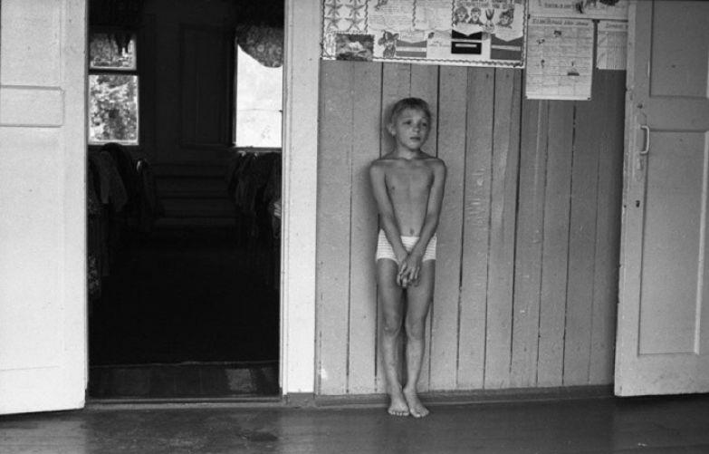 Наказанный за проступок мальчик. СССР, Спортивный лагерь «Металлург», Кузбасс, 9 августа 1979 года.