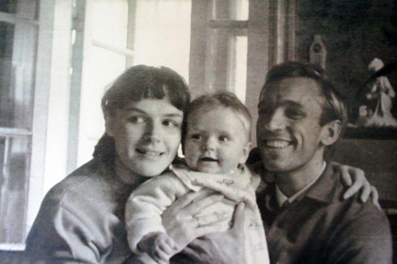 Алексей родился в семье актера Геннадия Нилова