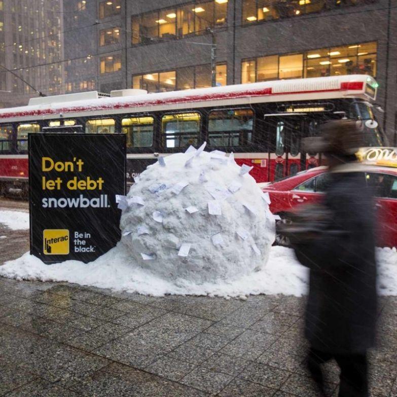 10. Позвольте компании Interac разобраться с вашим долгом, пока он не вырос как снежный ком интересно, креативная реклама, рекламные, трюки