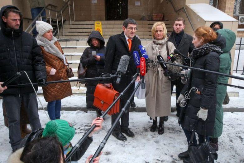 Адвокат Анатолий Клейменов и представитель клиники «Мать и дитя» во время общения с журналистами