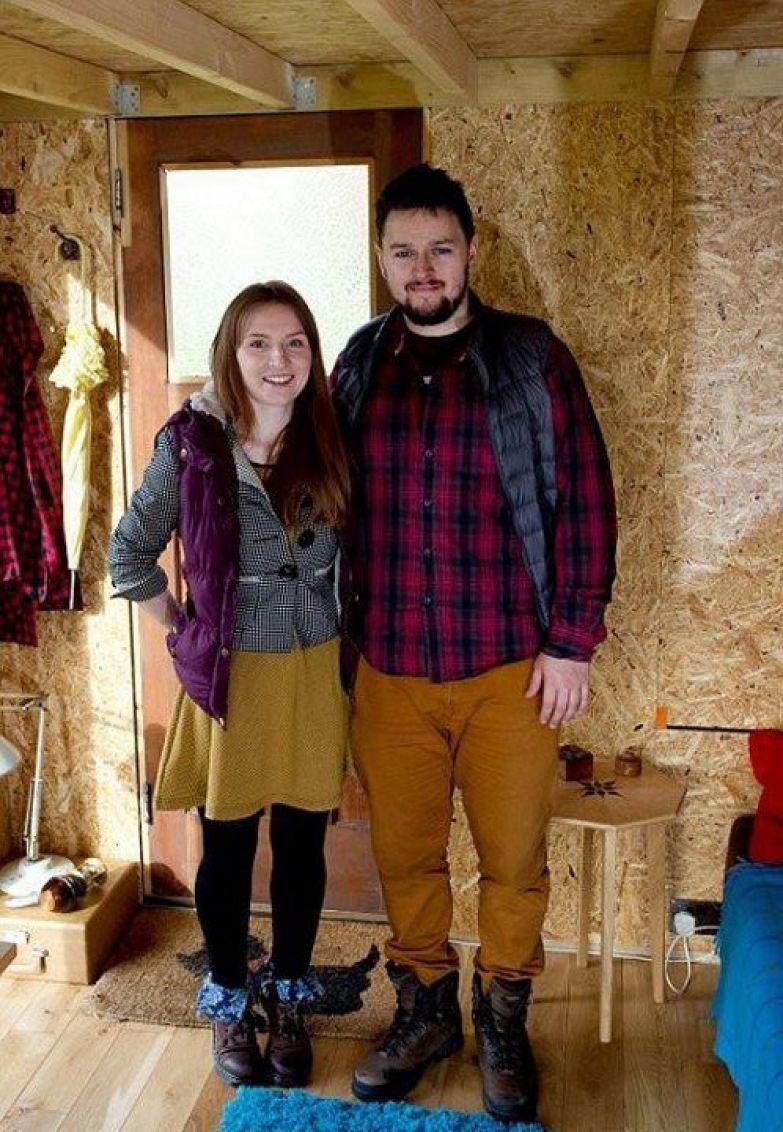 Молодые британцы построили себе уютный домик всего за $1500 дом, своими руками