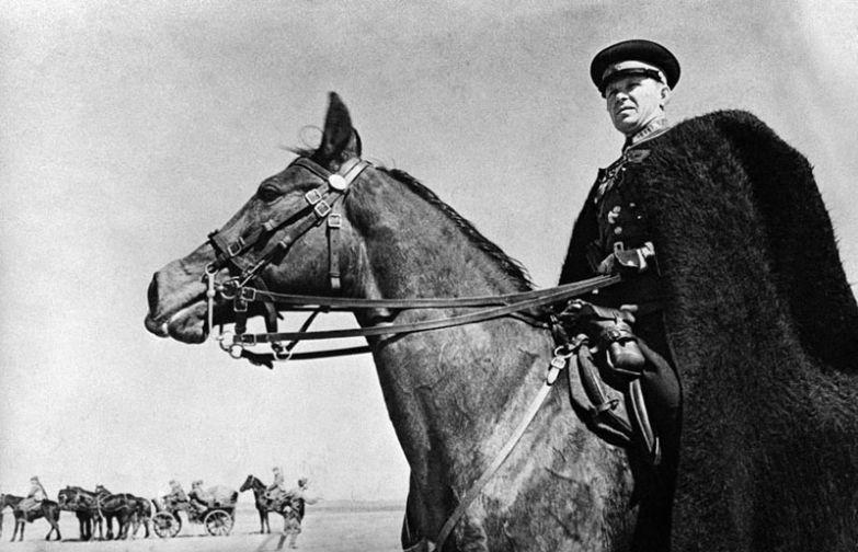 Командир казачьего блока наблюдает за ходом своих войск, Харьковская область, Украина, 21 июня 1942