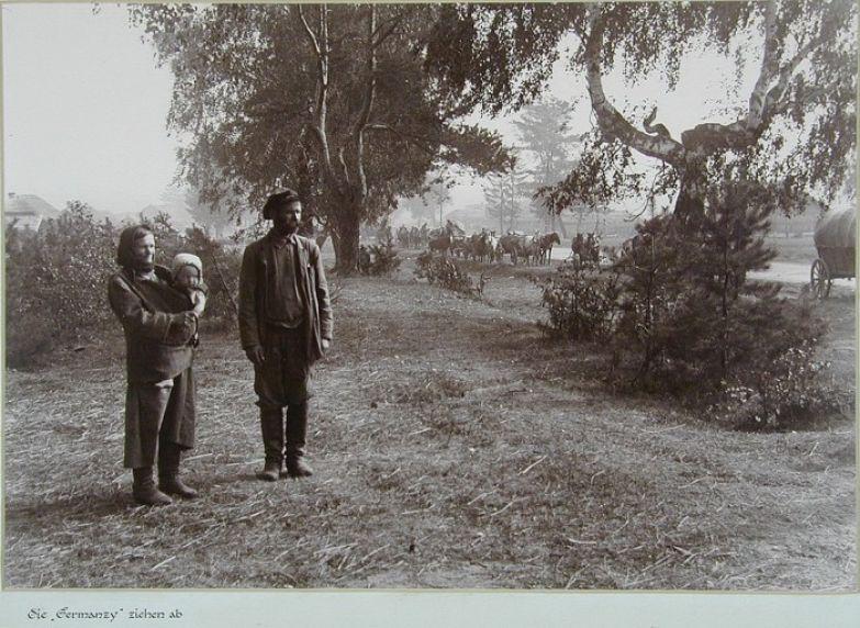 Местные жители смотрят на уходящий обоз.
