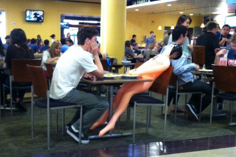 Если девушки отказываются идти на свидания, находчивый парень всегда найдёт выход. не надо стесняться, прикол, юмор
