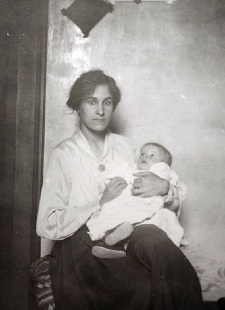 Сесиль Элюар на руках матери. / Фото: www.izbrannoe.com