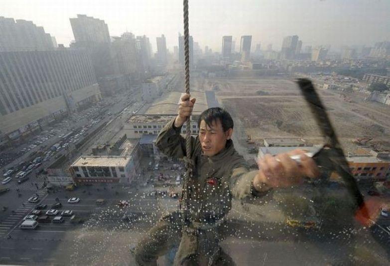 Мойщик окон в Северной Корее. офис, профессии, работа, юмор