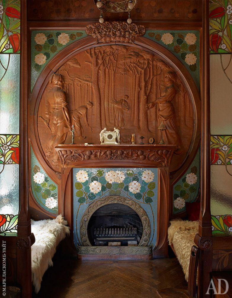 Мебель для дома в 1900-х спроектировал Гаспар Омар. Камин выложен плиткой и окружен деревянной резьбой. Скамьи покрыты овчиной.