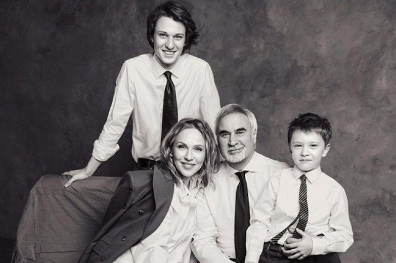 Альбина Джанабаева и Валерий Меладзе с сыновьями Костей и Лукой