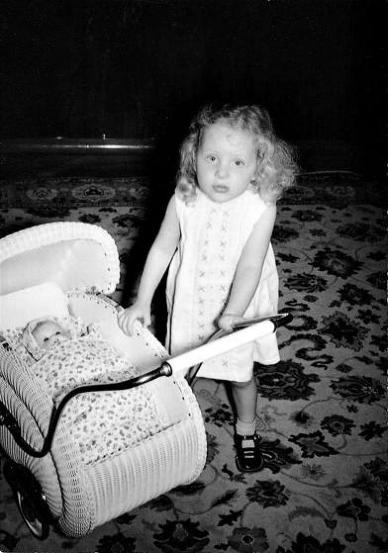 Меркель (тогда Ангела Каснер) в детстве с игрушечной коляской