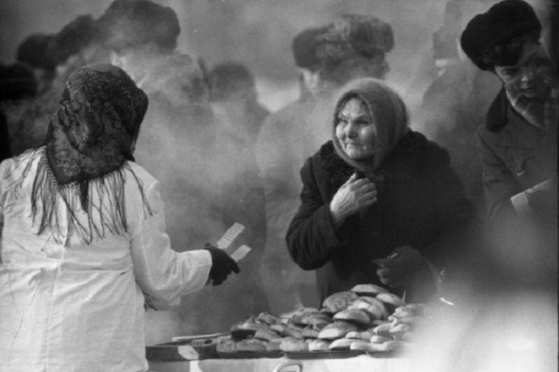 Уличная торговля на площади Ленина. СССР, Новокузнецк, 10 марта 1984 года.
