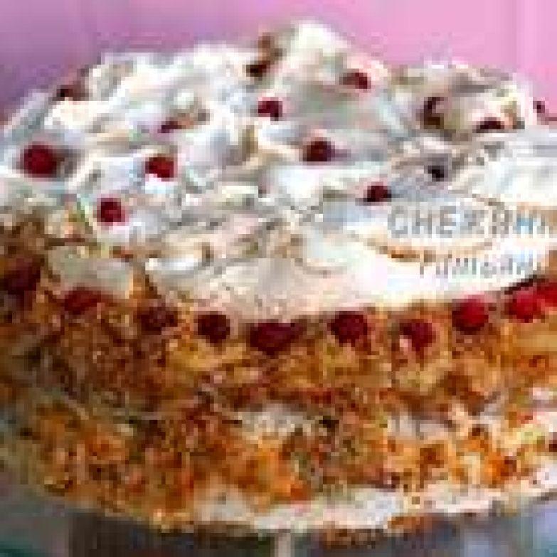 Украсить можно по своему желанию. Я измельчила обрезки слоёного теста и обсыпала бока и верхний край торта. По окружности уложила ягоды брусники, опять-таки, чтобы с кислинкой, можно вишню, смородину… В идеале, конечно же, было бы украсить коктейльными вишнями. Сверху на безе тоже немного ягод, для красоты :-)