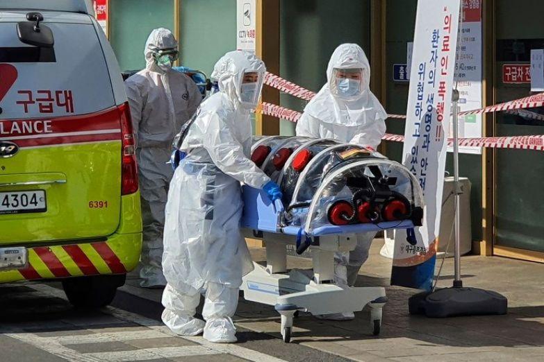 Медики по всему миру продолжают бороться за жизни пациентов с коронавирусом
