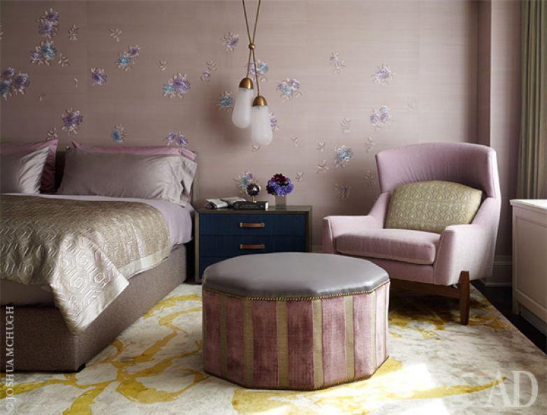 Фрагмент спальни. Розово-лавандовые оттенки удачно контрастируют с желтым ковром на полу.