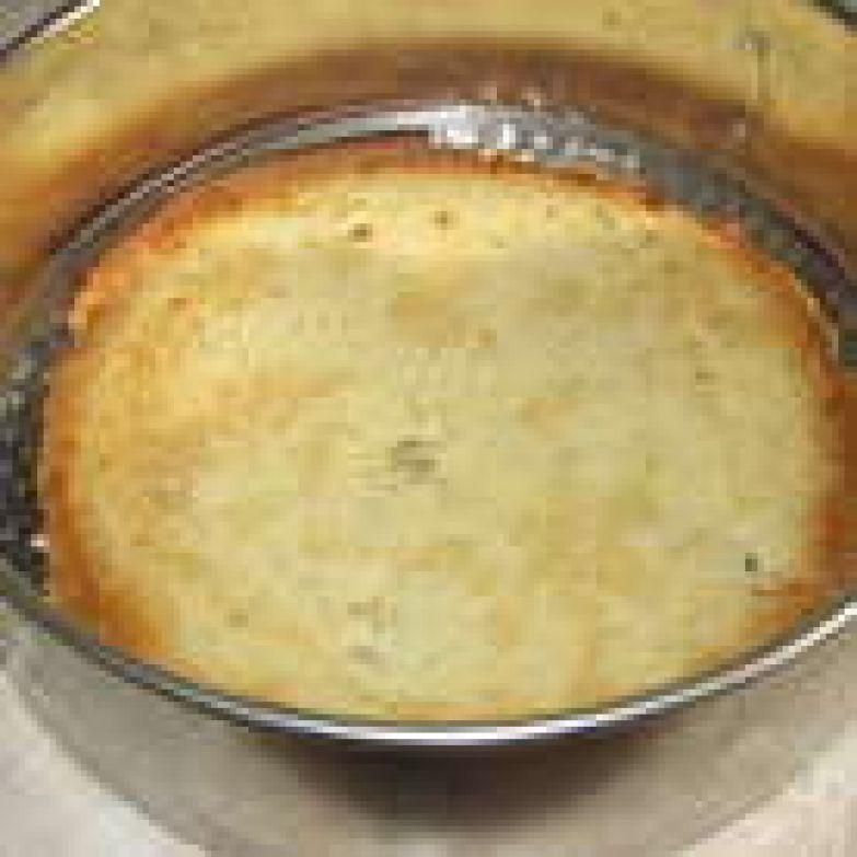 Теперь начинаем сборку торта. На дно разъемной формы для торта выложить первый тонкий корж и пропитать его ликером. Для пропитки торта можно взять любой фруктовый ликер.