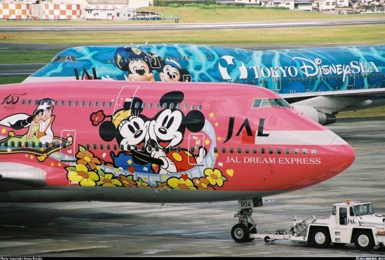 Однажды совпало так, что японская JAL Express отмечала своё 50-летие, и в этот же год своё 100-летие отмечала компания Disney. В результате получилась вот такая красота. необычные самолёты, раскраска, самолёты