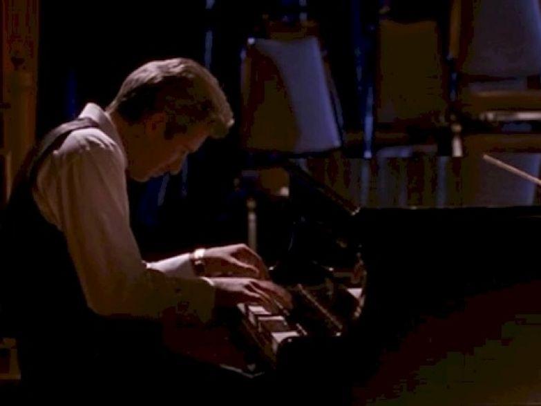 9. В кино Ричард Гир сам играет на фортепиано. Он даже написал для фильма песню. Ричард Гир, актеры, джулия робертс, кино, красотка, факты