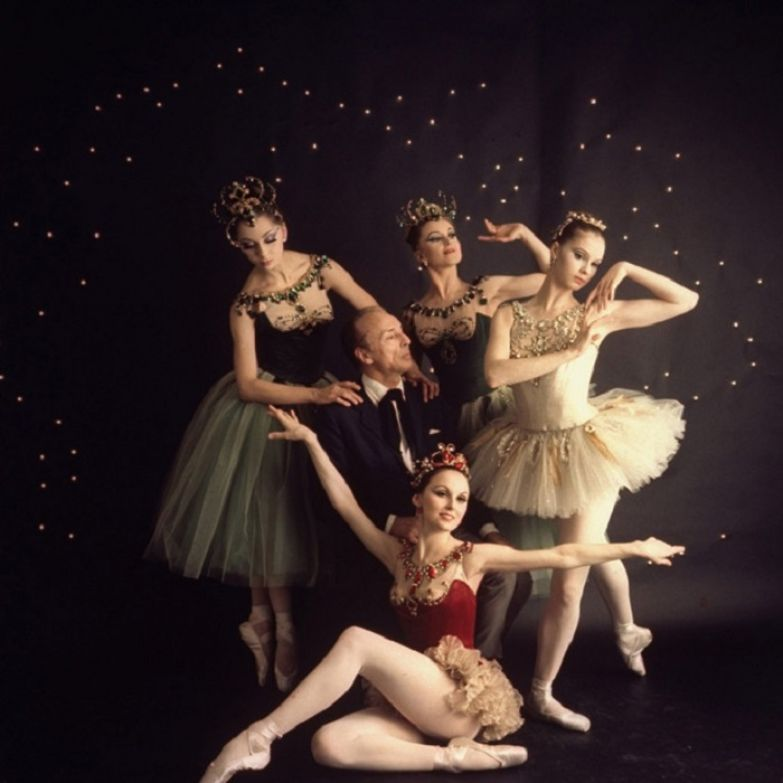 Джордж Баланчин в окружении балерин из первого состава балета «Драгоценности»: Патриция МакБрайд (в красном), Сьюзен Фаррелл (в белом), Виолет Верди на заднем плане по центру и Мими Пол
