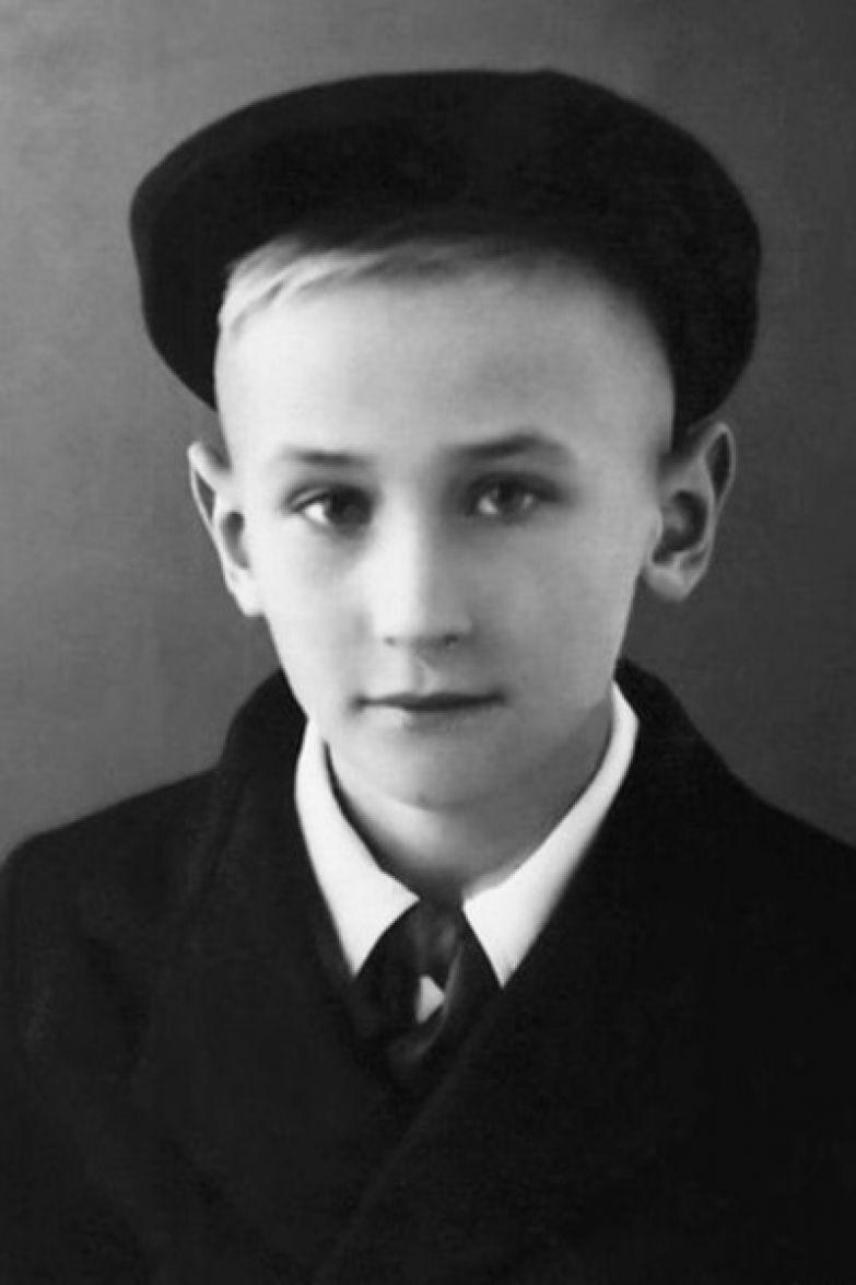 С детства Леонид увлекался литературой