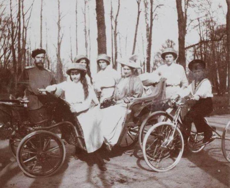 Семейный портрет семьи Романовых в парке | Фото: liveinternet.ru