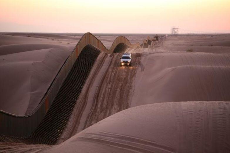 18. Американо-мексиканская стена в песчаных дюнах Альгодон: интересные фото, удивительное рядом, факты