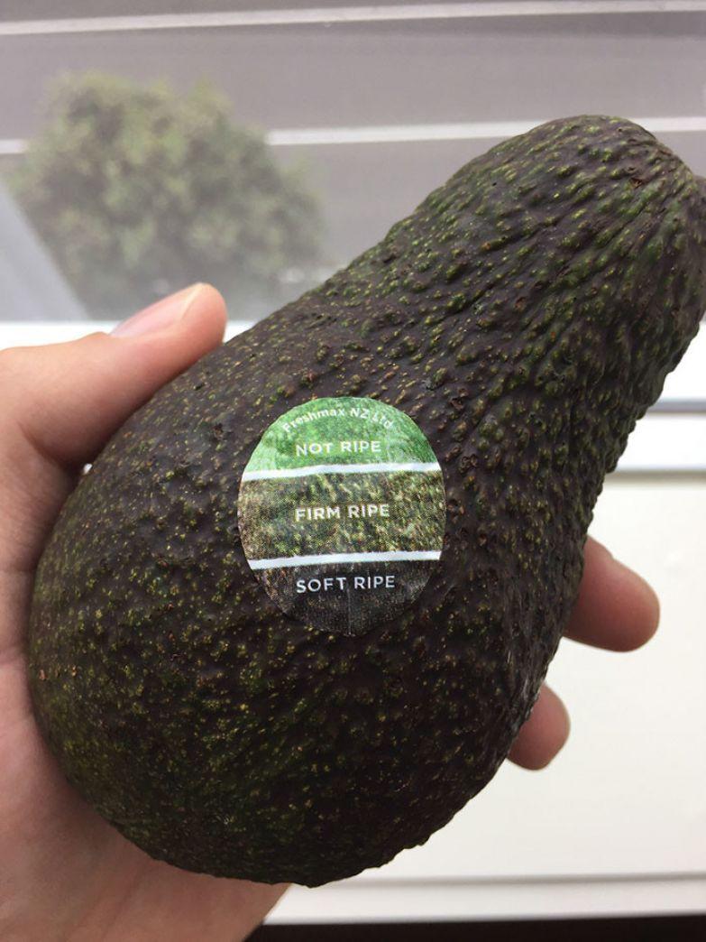 Наклейка с обозначениями цветов, соответствующим разным стадиям зрелости авокадо. Наглядно и позволяет без долгих сомнений выбрать спелый плод нестандартно, оригинально, проблемы, решения