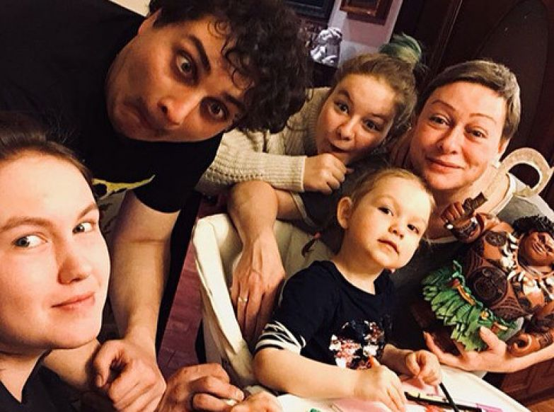 Мария с членами семьи