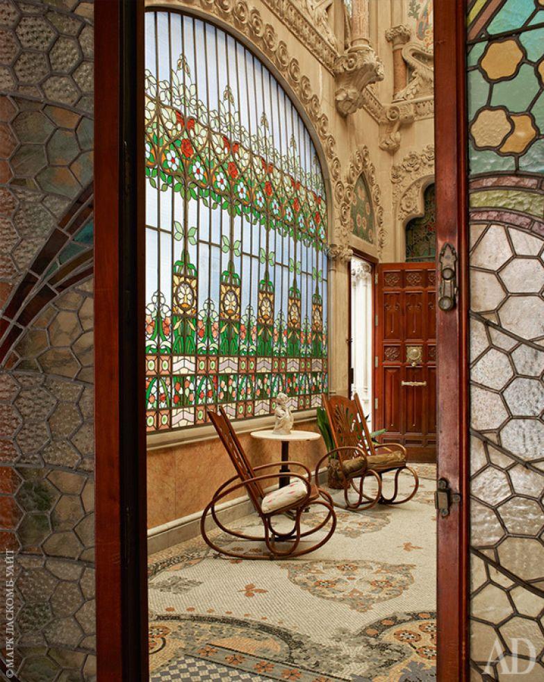 Внутренний двор (так называемый Внутренний сад). Главное здесь — гигантское витражное панно (за ним мраморная лестница на верхние этажи). Кресла-качалки сохранились со времени строительства дома.