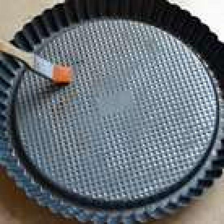 Для приготовления торта используем специальную форму для выпечки открытых пирогов (кростат) со слегка выдающимся центром. Используя обыкновенную форму для тортов (28 см), после приготовления бисквита необходимо аккуратно вырезать середину бисквита на глубину 1 см, и отступив от края также 1 см. Вынуть часть мякиша... Итак, первым делом тщательно смазать форму растопленным сливочным маслом и отставить в сторону. Пока будем заниматься приготовлением теста, масло должно схватиться на поверхности формы тонкой «пленочкой».