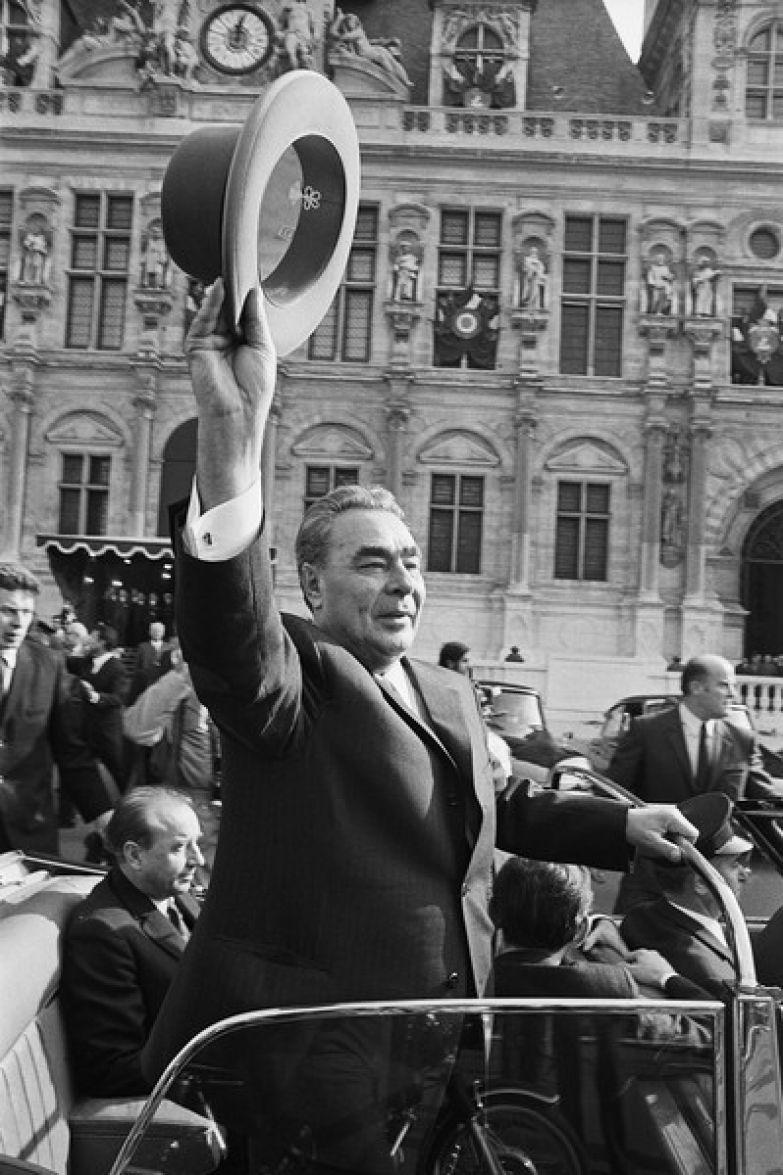 Леонид Ильич обязан был выглядеть на людях бодрым и здоровым, ведь представлял советскую власть