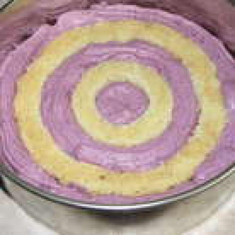 Теперь выложить 2 и 4-е кольца. Заполнить кремом пустоты. Это второй слой торта.