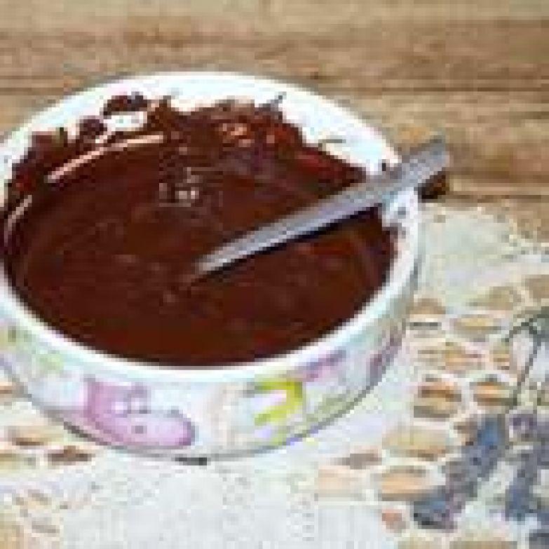 Приступим к приготовлению шоколадно-черничного ганаша. Заранее замочить желатин в пропорции 1 часть желатина: 3 части кипяченой воду комнатной температуры. Берите лишь тот желатин, в качестве которого вы абсолютно уверены. Я всегда покупаю самый простой желатин, который замачивают на 40 минут. Он мне очень нравится. Растопите шоколад удобным для вас способом. Я это делаю в микроволновке в режиме «разморозка».