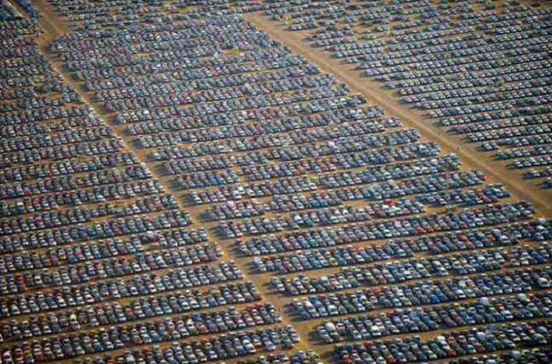 Небольшая часть гигантского автопарка в Испании, где на солнце жарятся десятки тысяч автомобилей. авто, факты