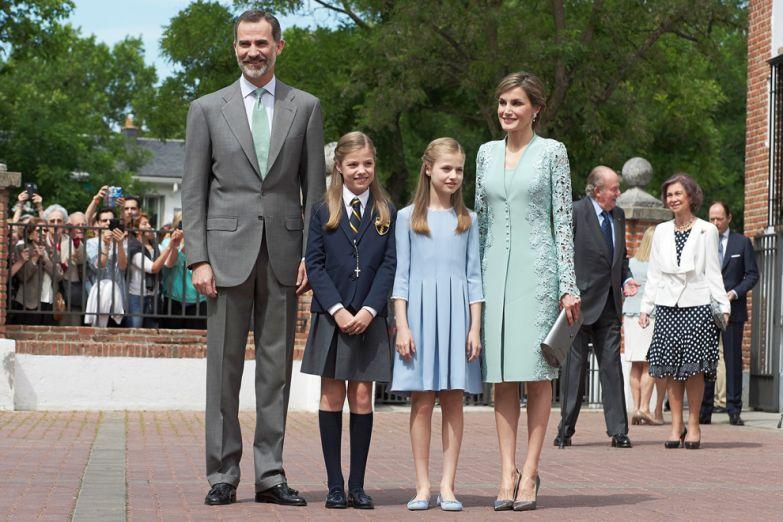 Королева Летисия в костюме Felipe Varela с королем Испании Фелипе VI и дочерьми Леонор и Софией